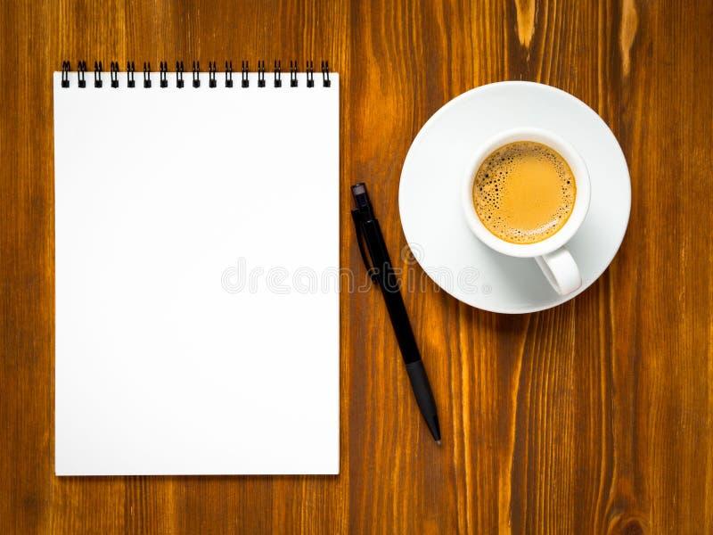 Libreta abierta con la página en blanco para escribir idea o la lista de lío fotografía de archivo libre de regalías
