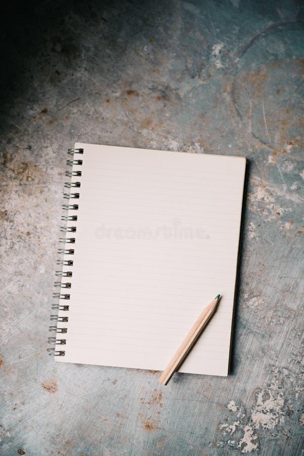 Libreta blanca en blanco imagenes de archivo