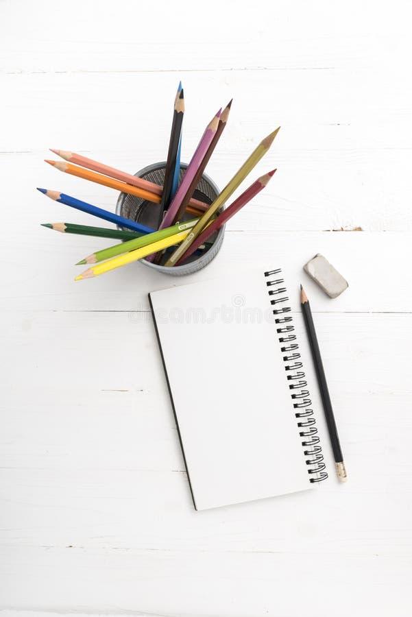 Libreta con el lápiz del color fotografía de archivo libre de regalías