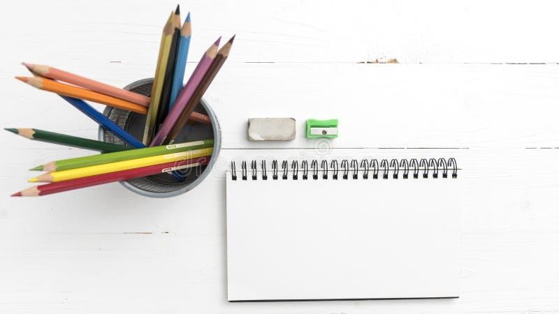 Libreta con el lápiz del color imagen de archivo