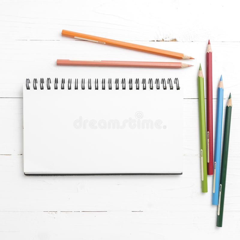 Libreta con el lápiz del color foto de archivo