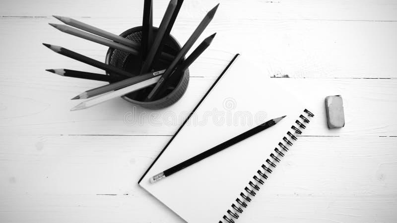 Libreta con estilo blanco y negro del color del lápiz del color fotografía de archivo libre de regalías