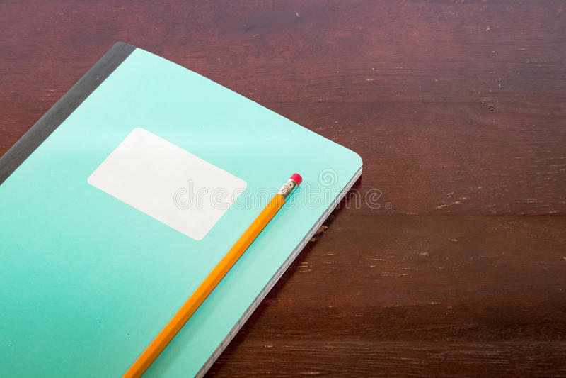 Libreta con la etiqueta blanca y lápiz en una tabla fotos de archivo libres de regalías