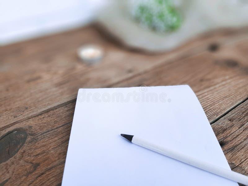 Libreta en blanco con el lápiz en fondo de madera imágenes de archivo libres de regalías