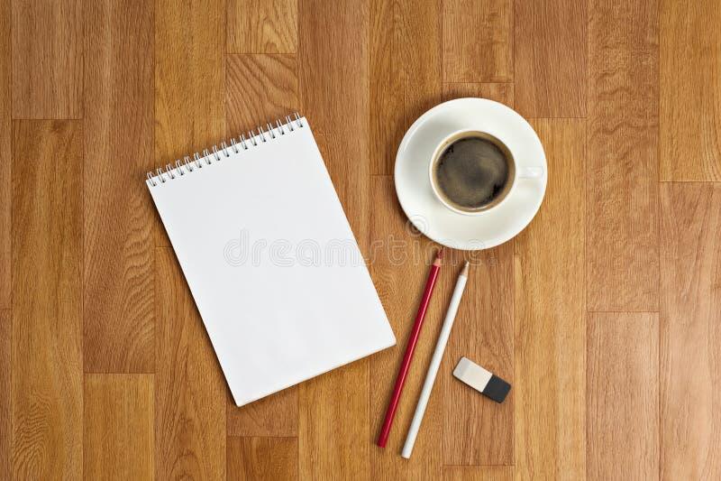 Download Libreta En Blanco Con Los Materiales De Oficina Y Taza De Café En T De Madera Imagen de archivo - Imagen de blank, medida: 42430533