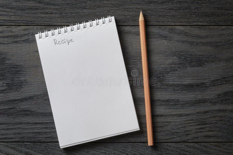 Libreta en blanco simple con receta de la palabra en rústico imagen de archivo libre de regalías