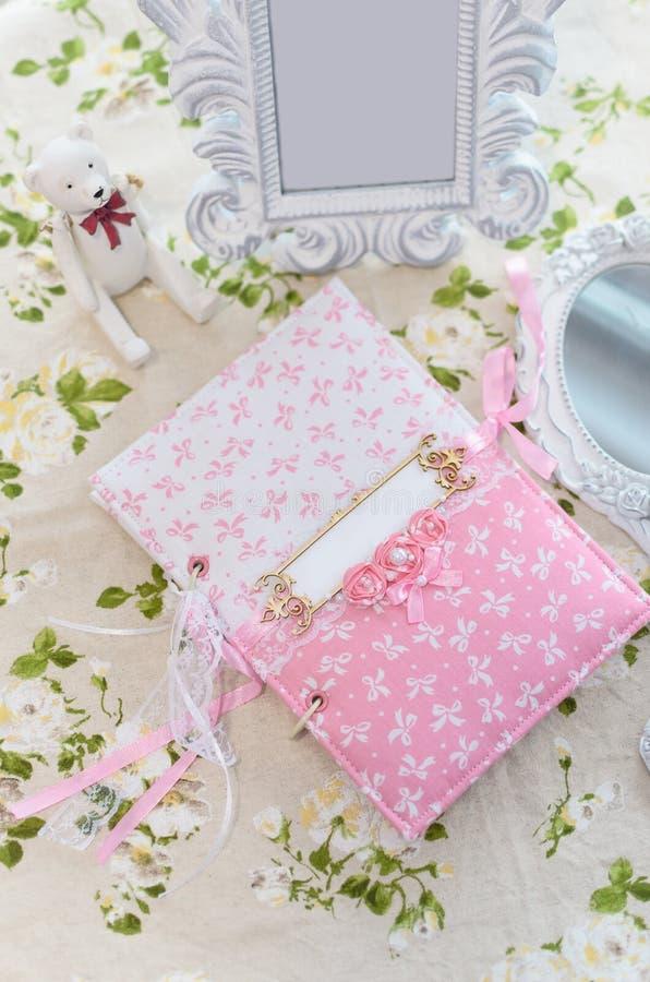 Libreta hecha a mano rosada hermosa en la tabla foto de archivo