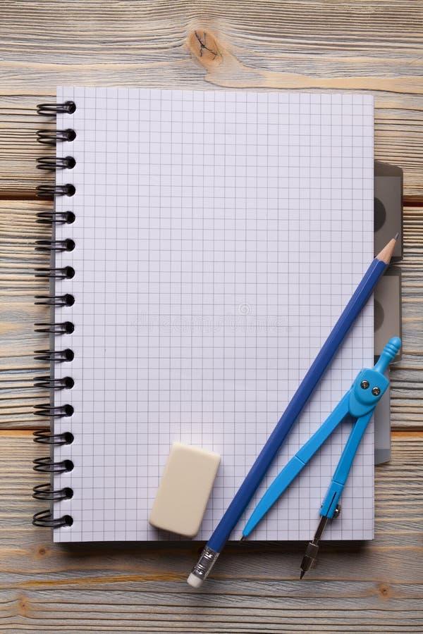 Libreta, lápiz, calibrador y borrador foto de archivo