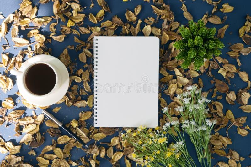 Libreta y café en fondo rústico imagenes de archivo