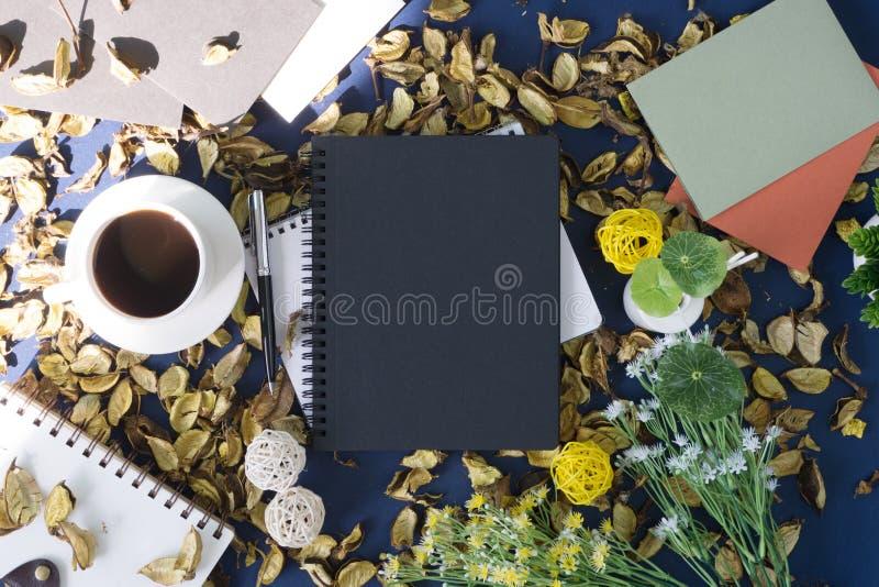 Libreta y café en fondo rústico foto de archivo libre de regalías