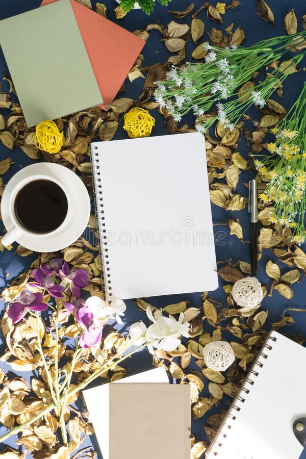 Libreta y café en fondo rústico imagen de archivo