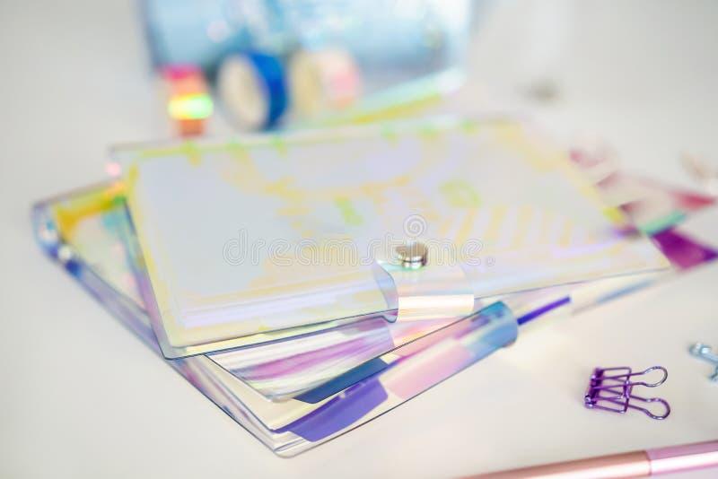 Libreta y efectos de escritorio en el fondo blanco Planificador para el negocio y el estudio Fans de los efectos de escritorio fotos de archivo