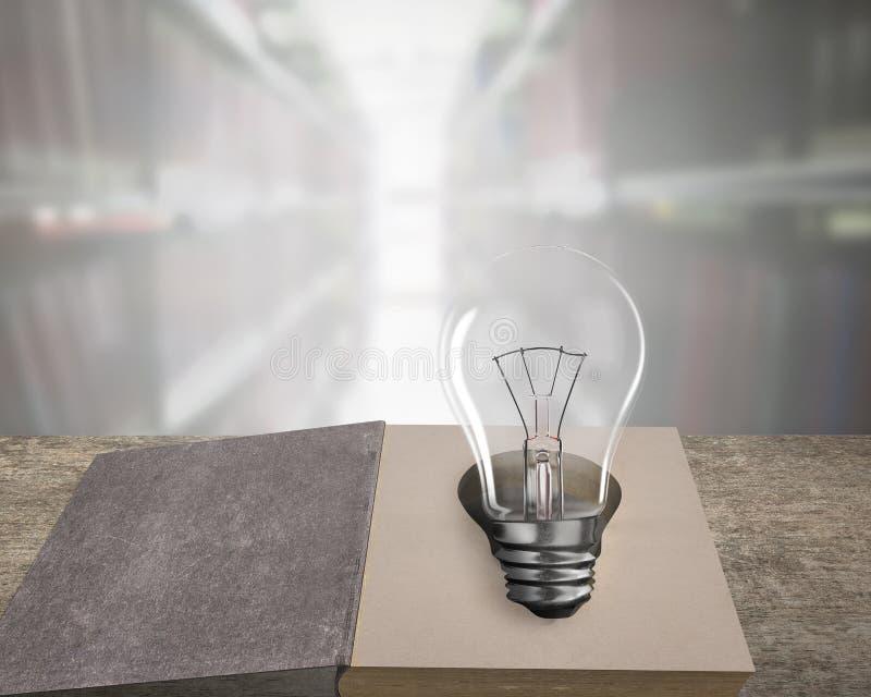 Libretto aperto con lampadina sul tavolo di legno immagine stock libera da diritti