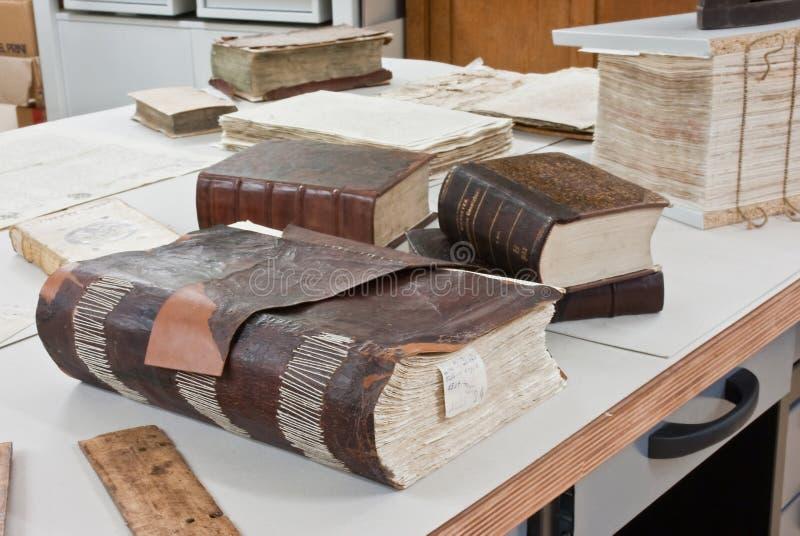 Libri antichi di ripristino del laboratorio immagine stock