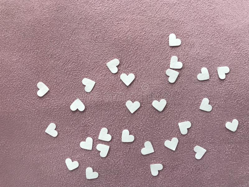 Libri Bianchi di forma del cuore su tessuto normale rosa-chiaro, concetto del  del day†del ` s del biglietto di S. Valentino d fotografia stock
