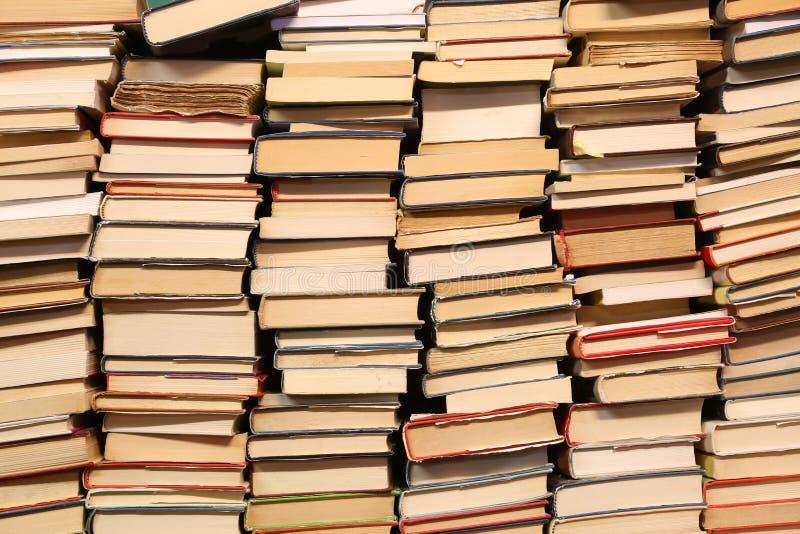 Libri con i lotti delle pagine da leggere durante i momenti noiosi immagini stock libere da diritti
