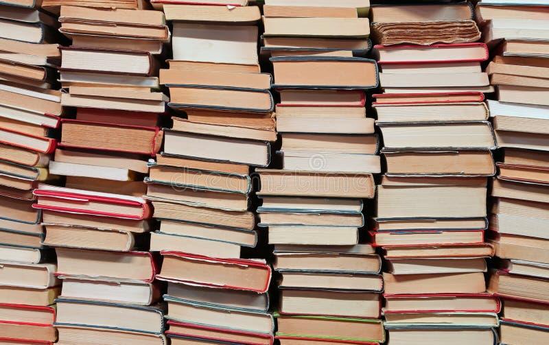 libri con i lotti delle pagine da leggere fotografia stock libera da diritti