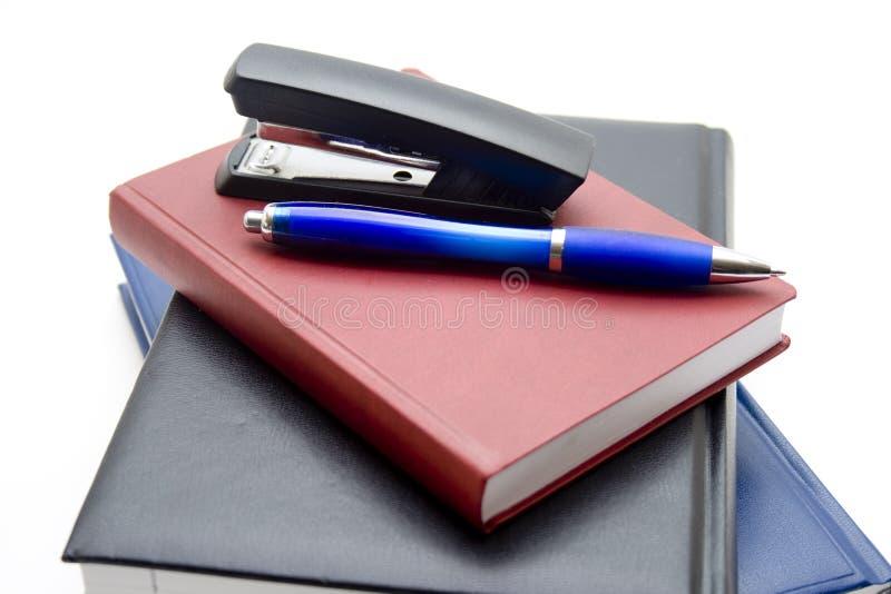 Libri con la penna di ballpoint e dell'archivio fotografia stock