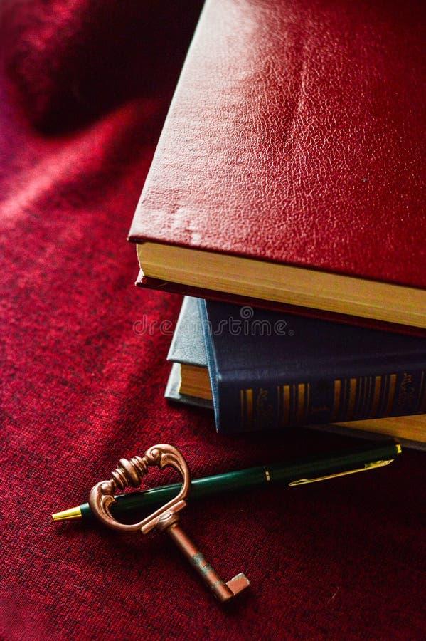 Libri con una chiave fotografie stock
