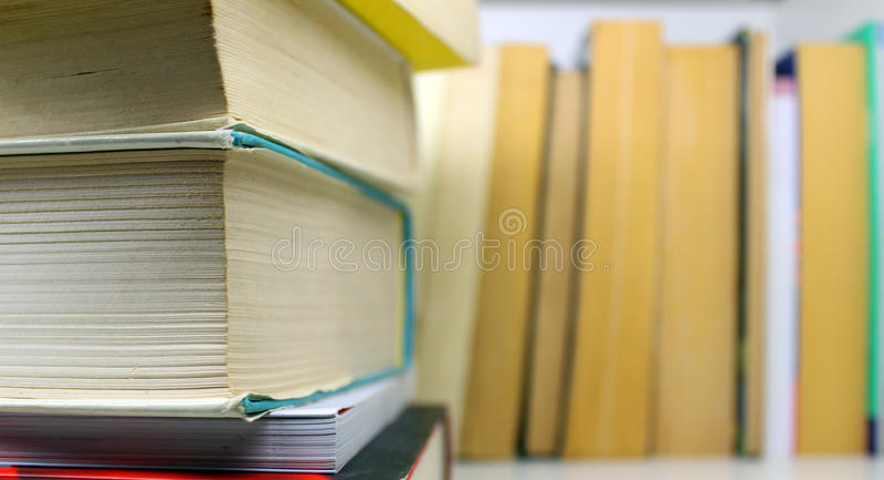 Libri cuciti con punti metallici immagine stock