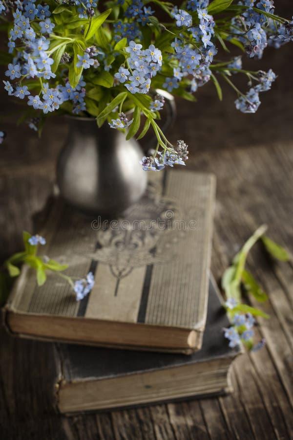 Libri d'annata e fiori del blu di estate immagine stock libera da diritti