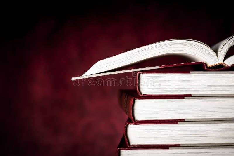 Libri d'annata sopra il fondo rosso di lerciume fotografia stock
