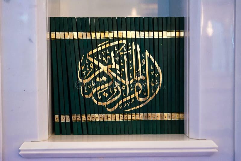 Libri del Corano dentro la moschea fotografie stock libere da diritti
