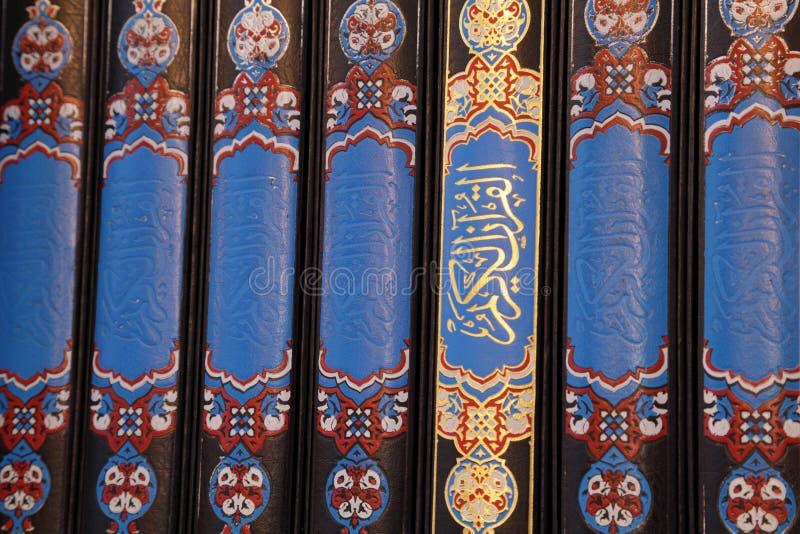 Libri del Quran in una moschea fotografie stock libere da diritti