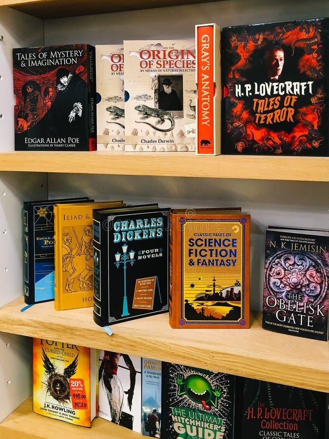 Libri della letteratura della fantascienza da vendere negli scaffali della libreria fotografie stock libere da diritti