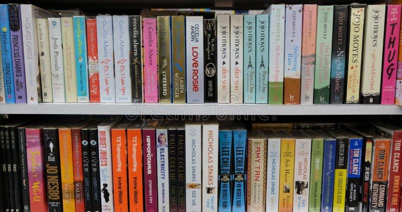 Libri della letteratura di romanzo da vendere negli scaffali della libreria immagini stock