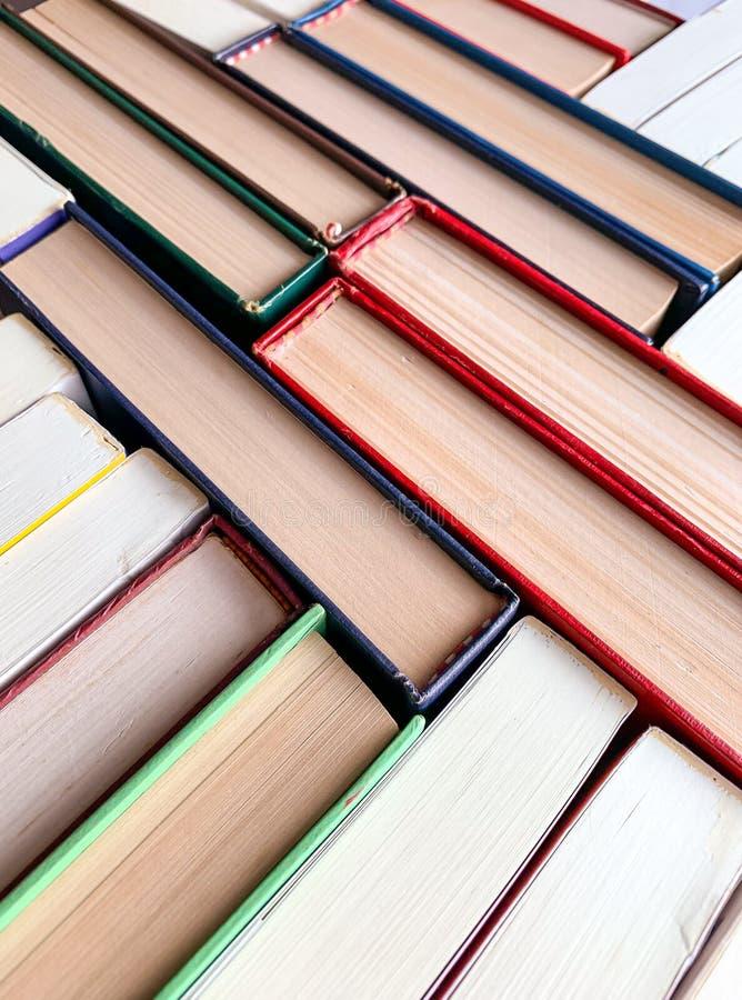 Libri della pila, la vista superiore della struttura ed i precedenti fotografia stock