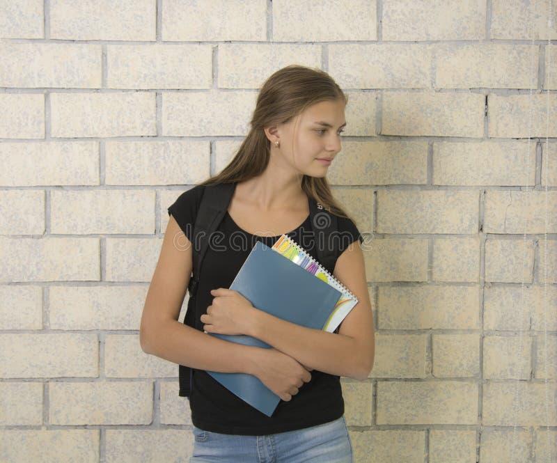 Libri della tenuta del ritratto dello studente immagini stock