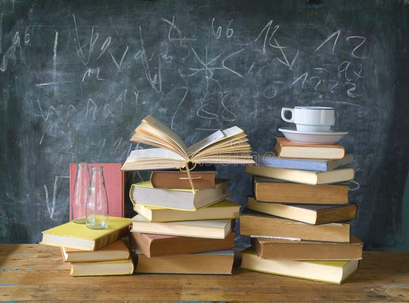 Download Libri Di Consultazione, Tazza Di Caffè, Fotografia Stock - Immagine di documento, bookshelf: 56883666