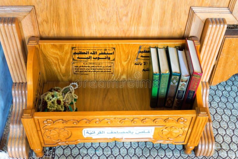 Libri di Corano in moschea, Cartagine, Tunisia immagini stock libere da diritti