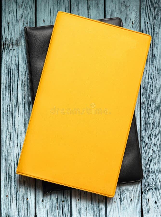 Libri di cuoio in bianco su fondo di legno fotografia stock libera da diritti