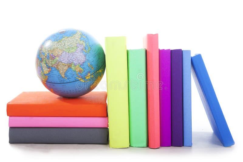 Libri di geografia con un globo immagine stock libera da diritti