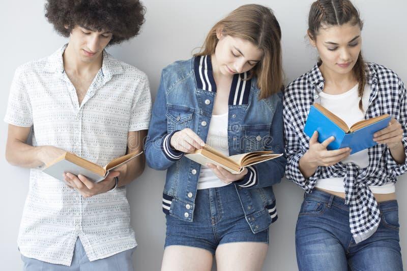 Libri di lettura dei giovani immagine stock