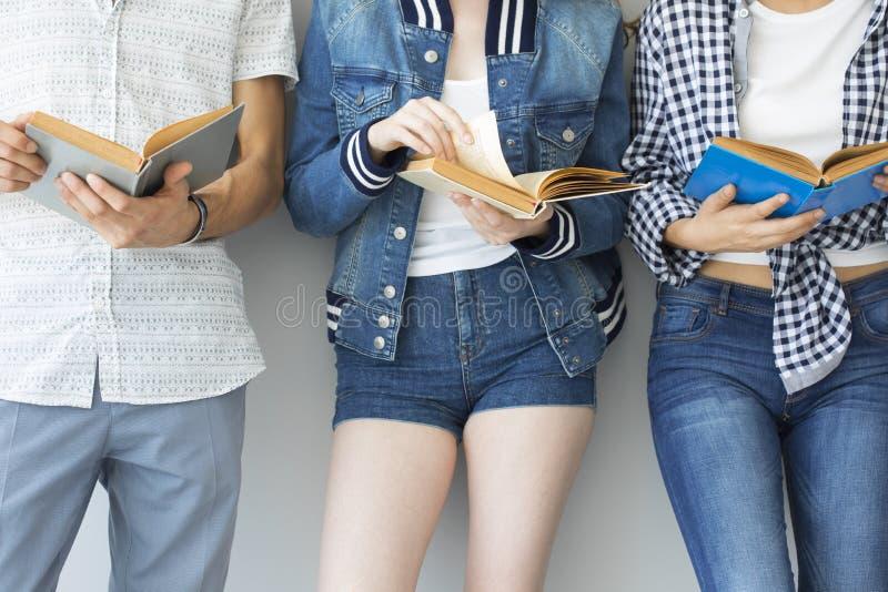 Libri di lettura dei giovani fotografia stock libera da diritti