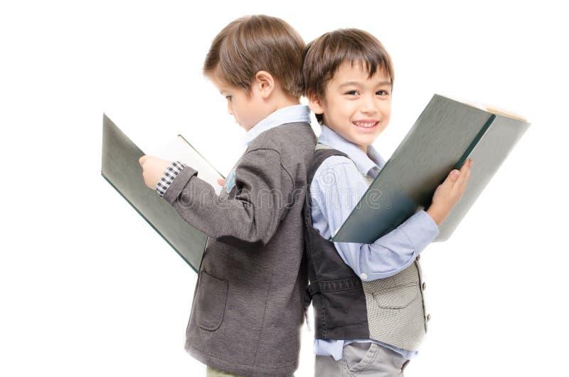 Libri di lettura del ragazzino insieme su fondo bianco immagini stock