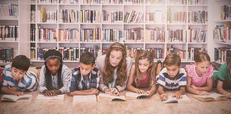 Libri di lettura dell'insegnante ai suoi studenti royalty illustrazione gratis
