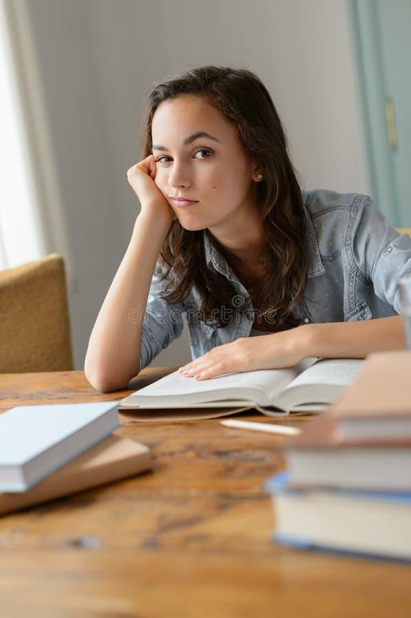 Libri di studio annoiati dell'adolescente a casa immagini stock libere da diritti