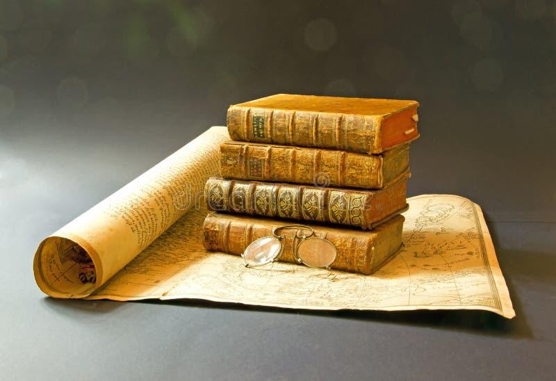 Libri diciottesimi dell'oggetto d'antiquariato e della mappa e diciannovesimo secolo Paia dei vetri fotografia stock