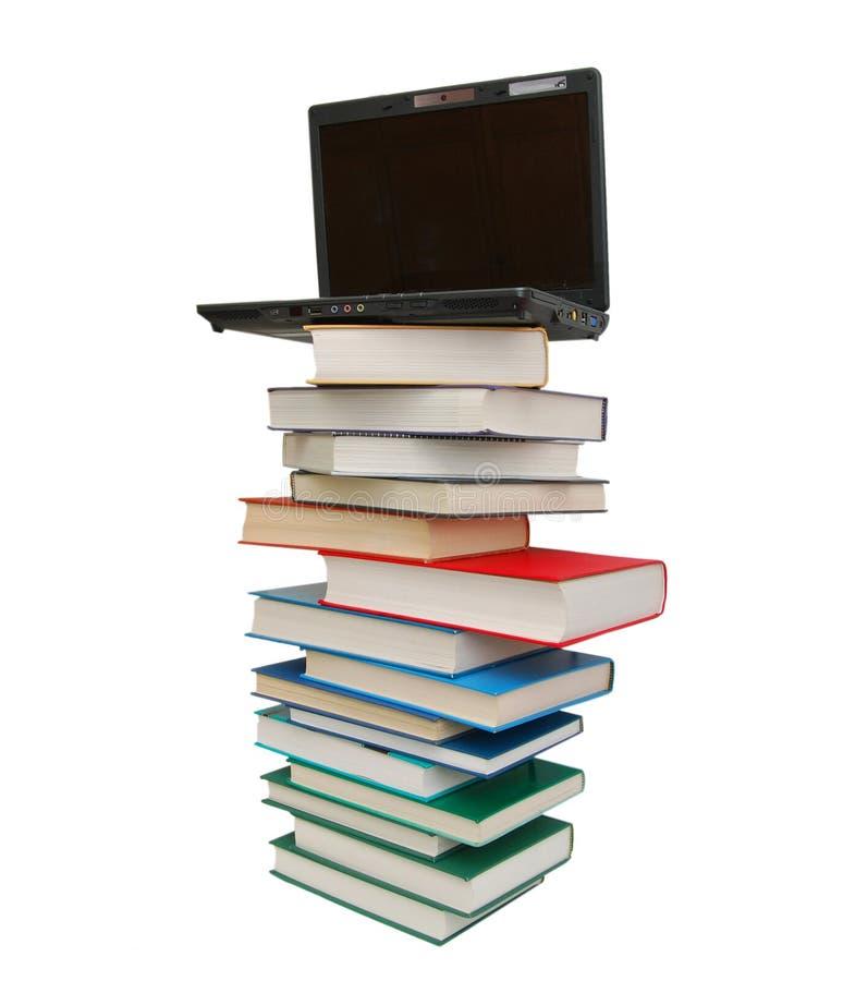 Libri e calcolatore fotografia stock