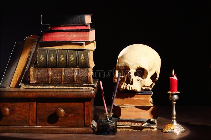 Libri e cranio fotografia stock