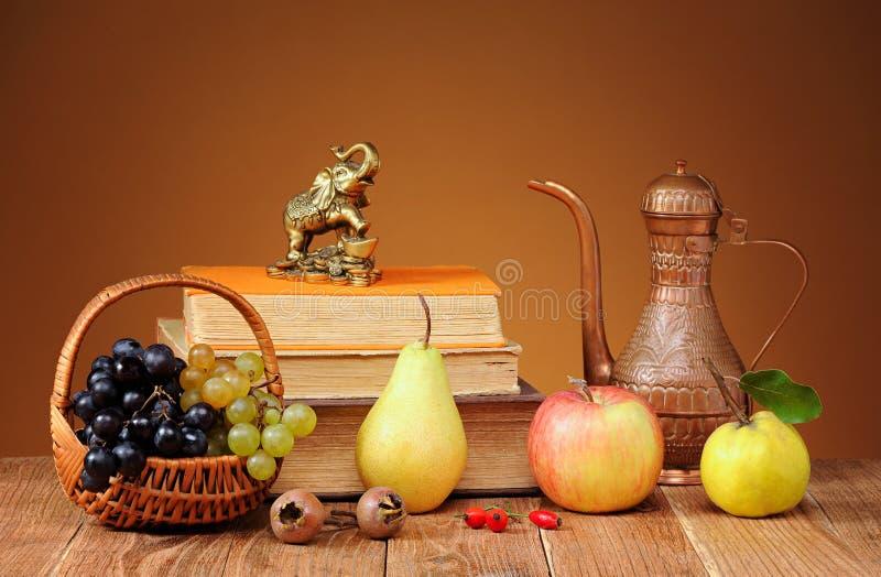 Libri e frutta fresca fotografie stock