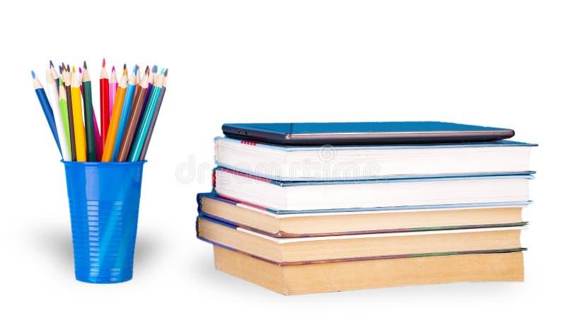 Libri e matite di colore su fondo bianco immagine stock libera da diritti