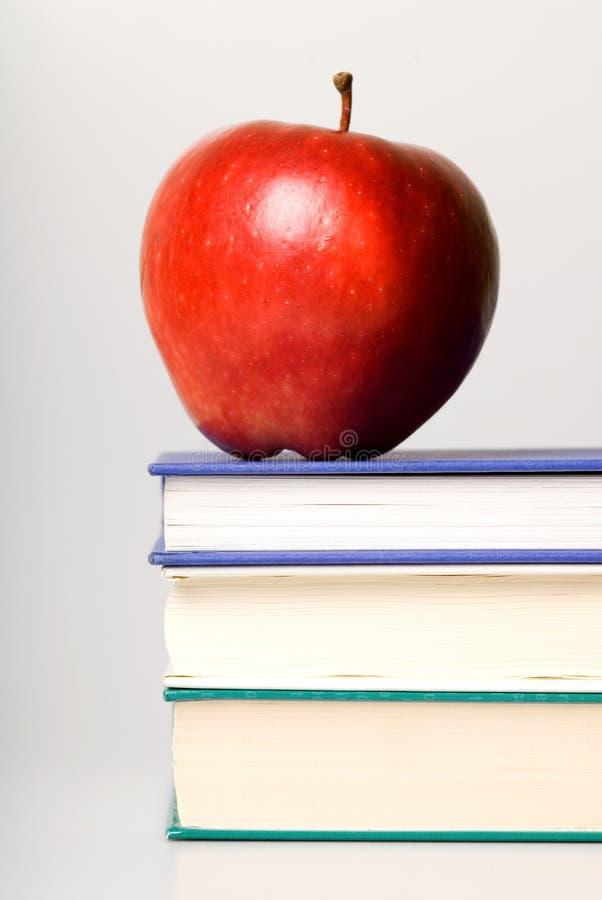 Libri e mela fotografie stock