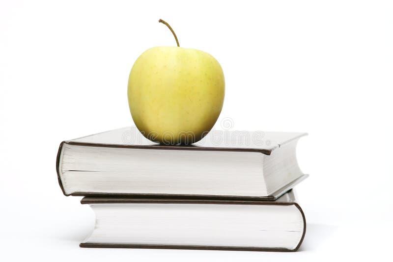 Libri e mela immagini stock libere da diritti