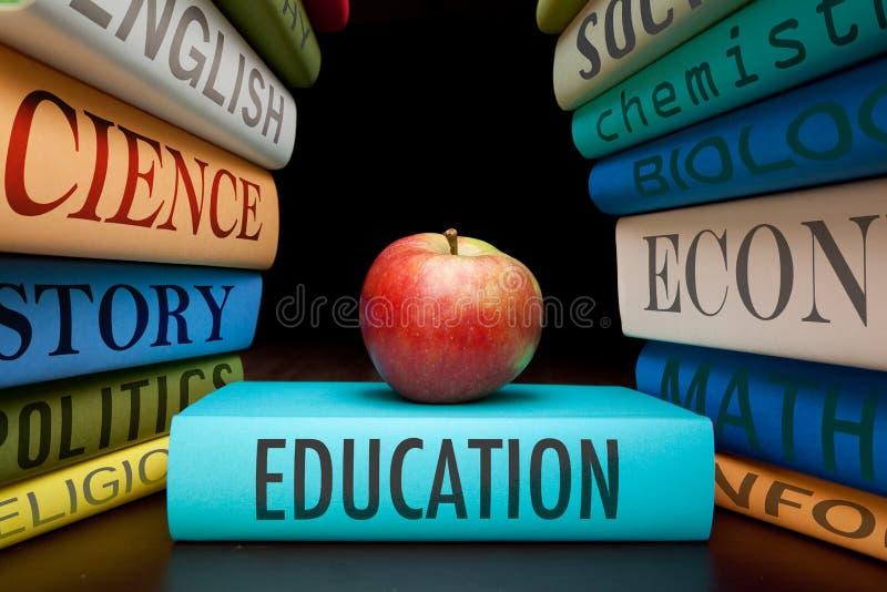 Libri e mela di studio di formazione fotografia stock