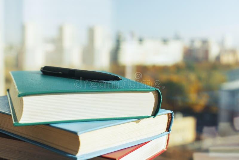 Libri e penna immagini stock libere da diritti